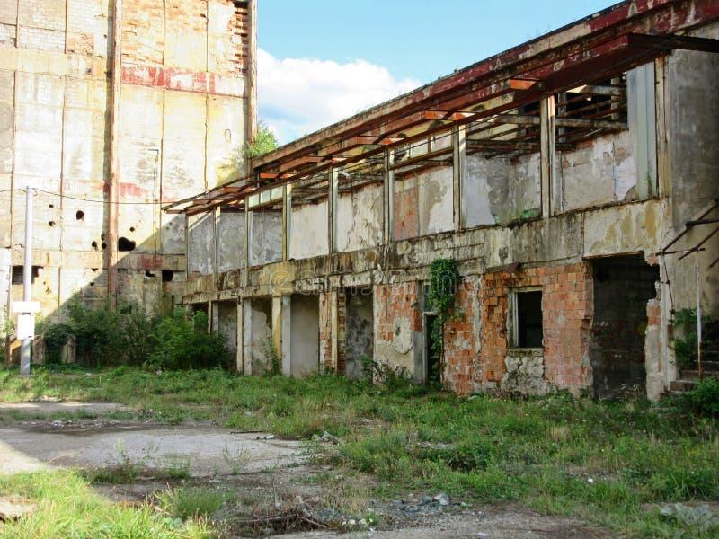 Κτήρια των παλαιών σπασμένων και εγκαταλειμμένων βιομηχανιών στην πόλη του Μπάνια Λούκα - 5 στοκ εικόνα