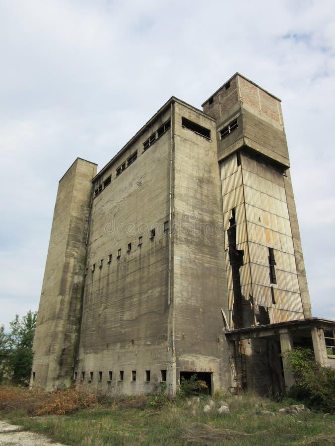 Κτήρια των παλαιών σπασμένων και εγκαταλειμμένων βιομηχανιών στην πόλη του Μπάνια Λούκα - 9 στοκ εικόνα