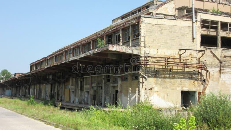 Κτήρια των παλαιών σπασμένων και εγκαταλειμμένων βιομηχανιών στην πόλη του Μπάνια Λούκα - 18 στοκ φωτογραφίες