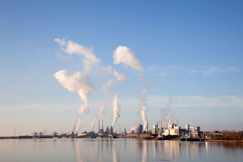 Κτήρια Tata του χάλυβα στην ολλανδική πόλη IJmuiden στοκ φωτογραφίες με δικαίωμα ελεύθερης χρήσης
