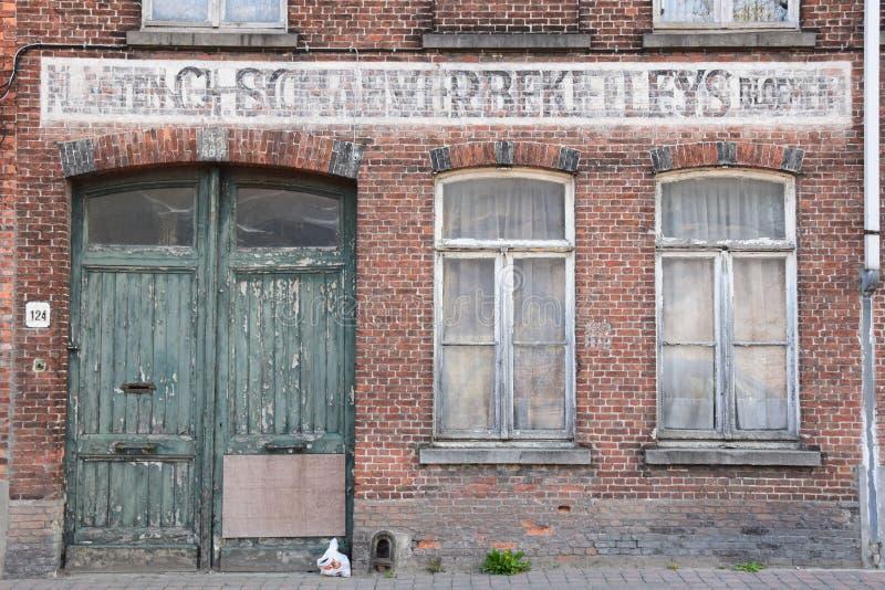 Κτήριο αποθηκών εμπορευμάτων μείωσης στις πίσω οδούς της Μπρυζ στοκ εικόνα