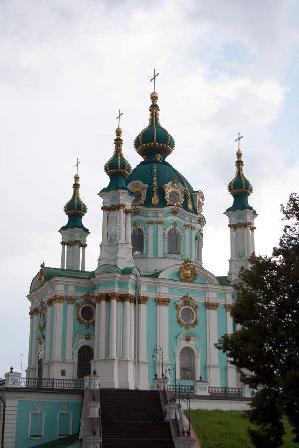 Κτήριο εκκλησιών του ST Andrew ` s με το νεφελώδη ουρανό στοκ φωτογραφίες