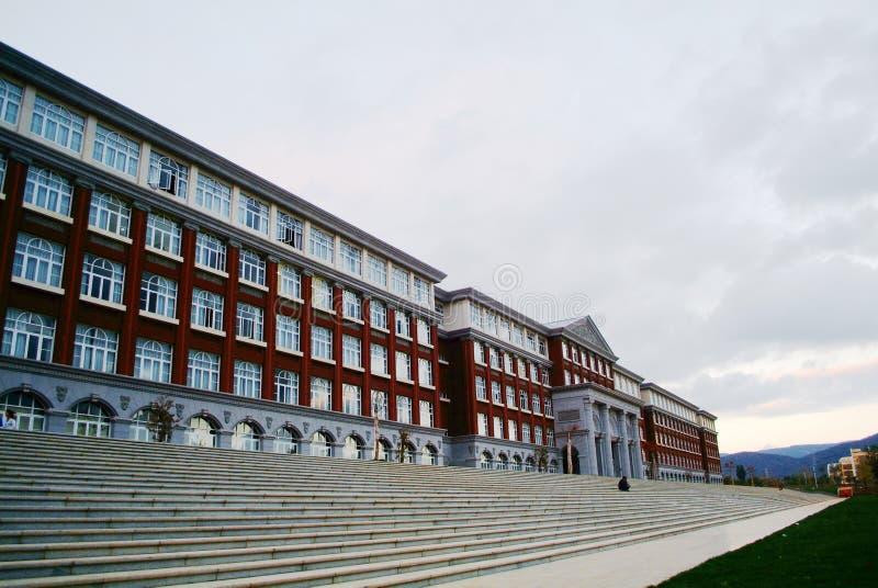 Κτήριο κολλεγίων πανεπιστημιουπόλεων στοκ εικόνα με δικαίωμα ελεύθερης χρήσης