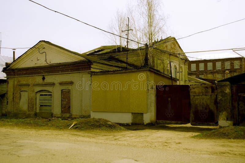 Κτήριο με επιβιβασμένος επάνω στα παράθυρα του α στοκ εικόνα