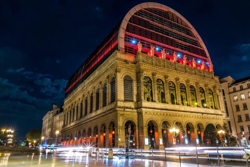 Κτήριο οπερών της Λυών στη νύχτα με στοκ εικόνα
