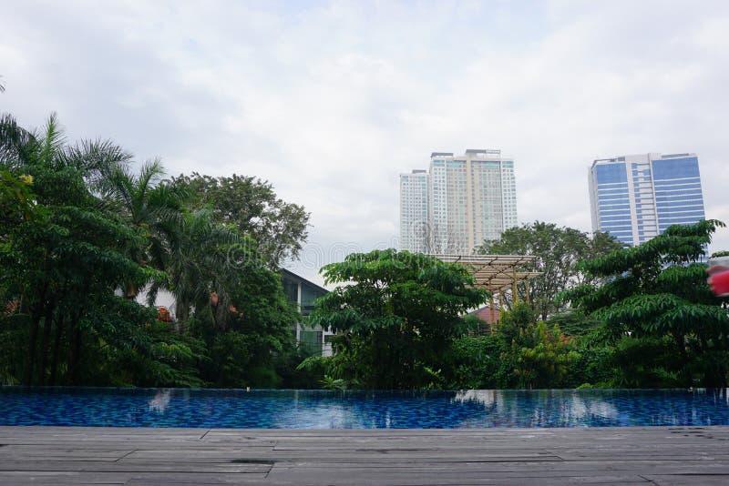 Κτήριο, πόλη και πισίνα στοκ φωτογραφίες με δικαίωμα ελεύθερης χρήσης