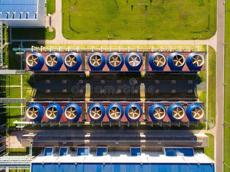 Κτήριο δροσίζοντας πύργων με το σταθμό αντλιών κατωτέρω στις εγκαταστάσεις παραγωγής ενέργειας εναέρια όψη στοκ εικόνες