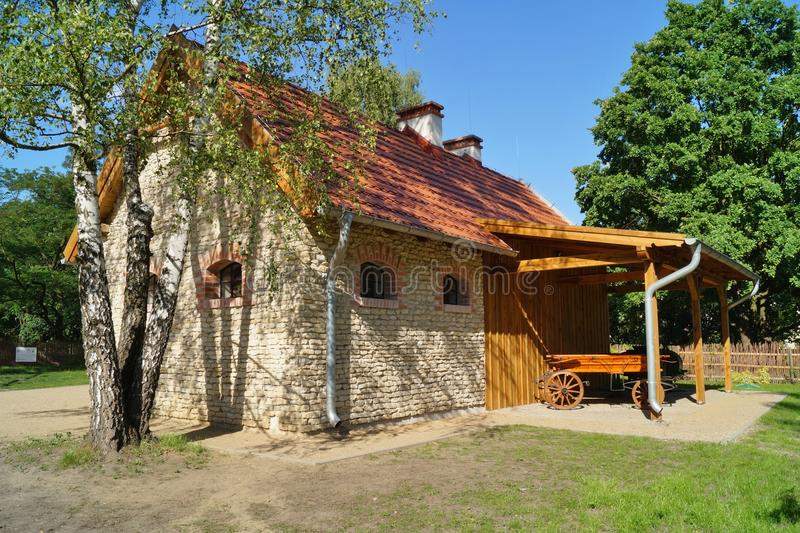 Κτήριο, σιταποθήκη, υπαίθριο μουσείο στο χωριό - αναδημιουργία ΧΧ αιώνα στοκ φωτογραφία