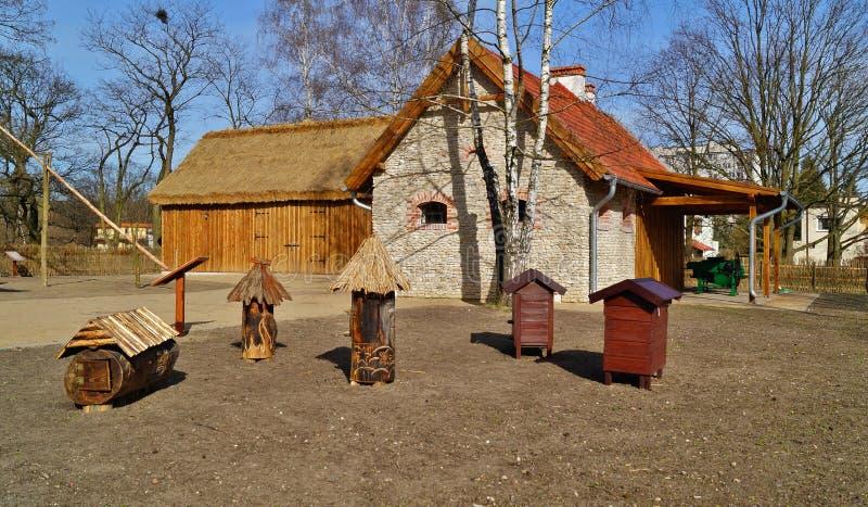 Κτήριο, σιταποθήκη, υπαίθριο μουσείο στο χωριό - αναδημιουργία IXX αιώνα στοκ εικόνα
