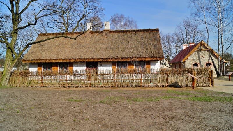 Κτήριο, σιταποθήκη, υπαίθριο μουσείο στο χωριό - αναδημιουργία IXX αιώνα στοκ εικόνες