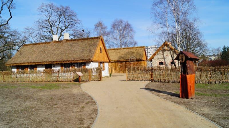 Κτήριο, σιταποθήκη, υπαίθριο μουσείο στο χωριό - αναδημιουργία IXX αιώνα στοκ φωτογραφίες