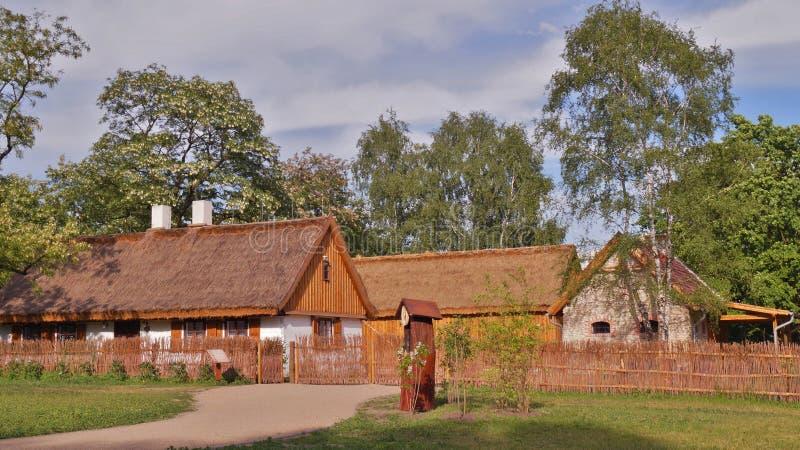 Κτήριο, σιταποθήκη, υπαίθριο μουσείο στο χωριό - αναδημιουργία IXX αιώνα στοκ φωτογραφία