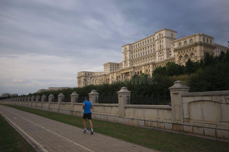 Κτήριο του Κοινοβουλίου με έναν δρομέα, Βουκουρέστι, Ρουμανία στοκ εικόνα με δικαίωμα ελεύθερης χρήσης
