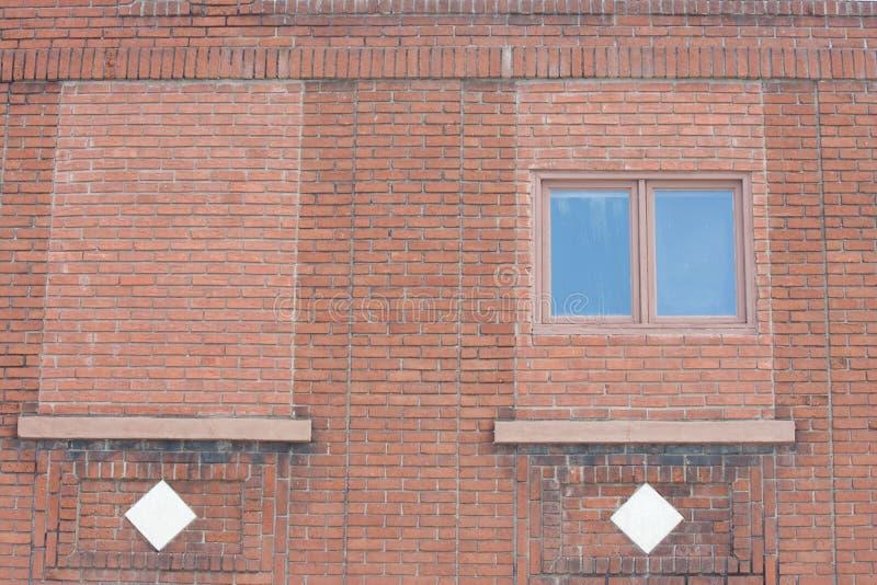 Κτήριο τούβλου με τα παράθυρα και τα διαμάντια στοκ φωτογραφία με δικαίωμα ελεύθερης χρήσης