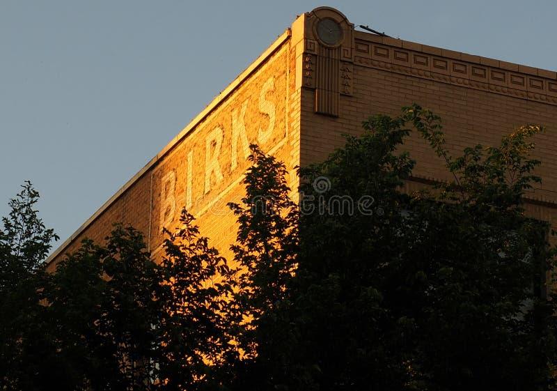 Κτήριο τούβλου με τη διαφήμιση στοκ φωτογραφία