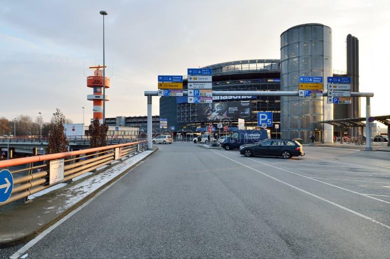 Κτήριο χώρων στάθμευσης αυτοκινήτων από τον αερολιμένα του Αμβούργο, Γερμανία στοκ εικόνες με δικαίωμα ελεύθερης χρήσης