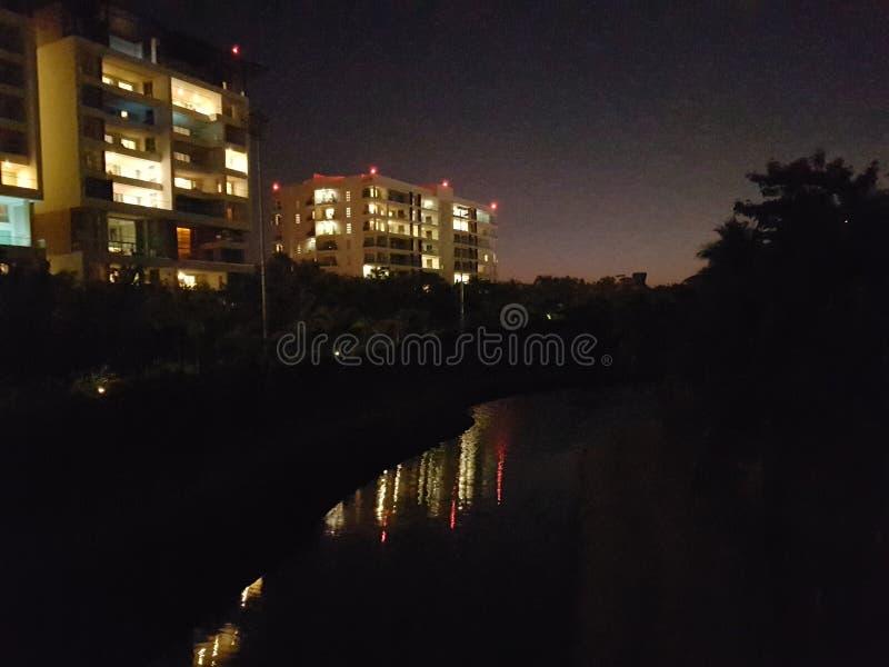 Κτήριο Darknight με τη λίμνη στοκ φωτογραφίες με δικαίωμα ελεύθερης χρήσης