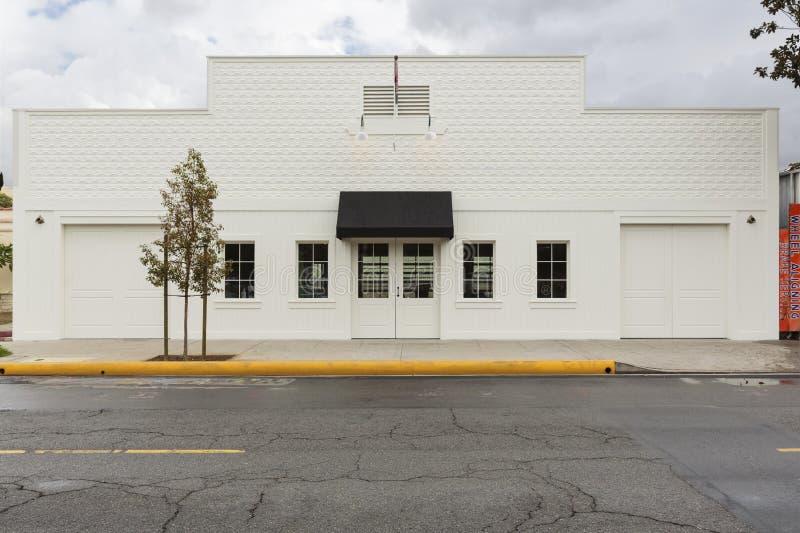 Κτήριο Storefront με δύο γκαράζ στοκ εικόνες με δικαίωμα ελεύθερης χρήσης