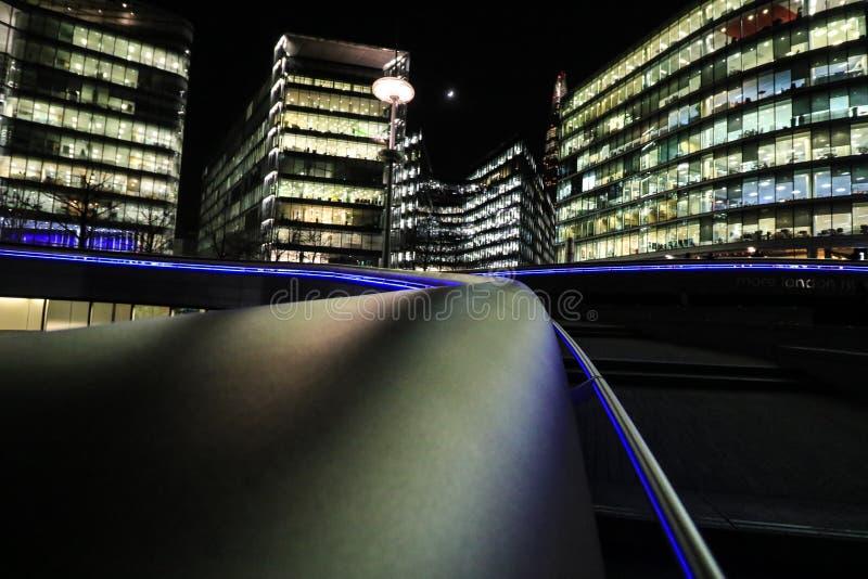 Κτίρια γραφείων του Λονδίνου τη νύχτα στοκ εικόνα