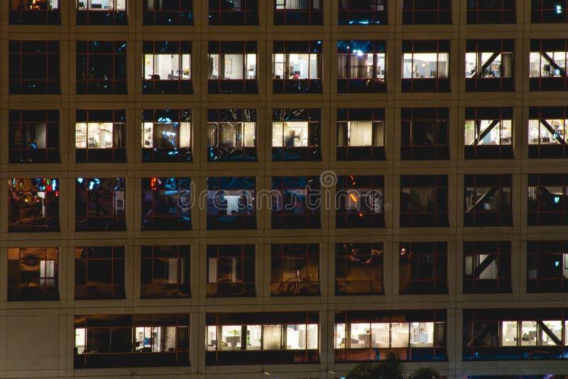 Κτίριο γραφείων τη νύχτα στοκ εικόνες