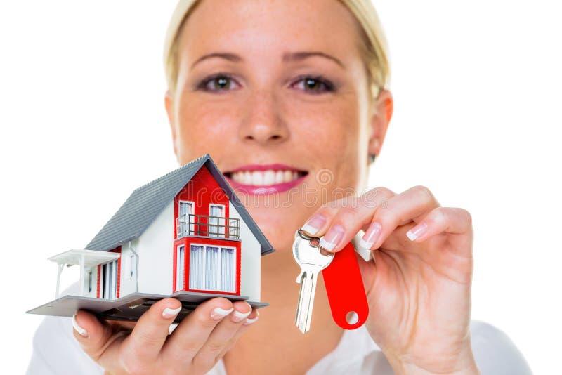Κτηματομεσίτης με το σπίτι και το κλειδί στοκ φωτογραφία με δικαίωμα ελεύθερης χρήσης