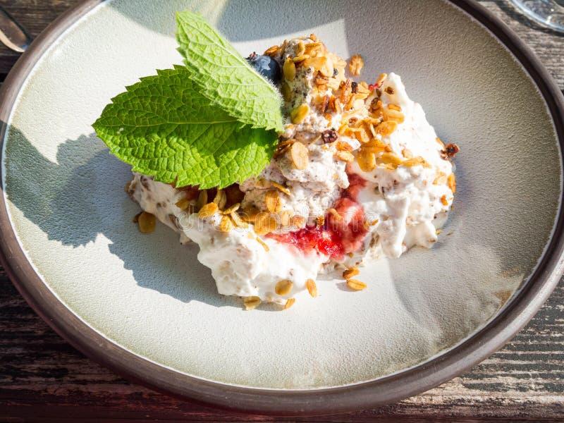 Κτυπημένη κρέμα με το μούρο s και oatmeal, εύγευστο επιδόρπιο στοκ εικόνες με δικαίωμα ελεύθερης χρήσης