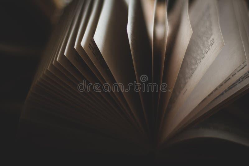 Κτυπώντας το ανοικτό βιβλίο χαρτόδετων βιβλίων που σκιάζεται βαριά στοκ φωτογραφίες με δικαίωμα ελεύθερης χρήσης