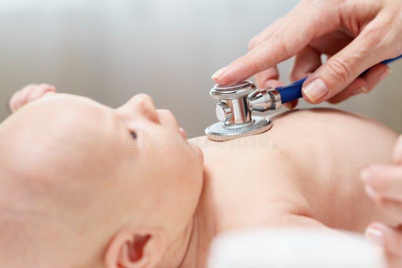 Κτύπος της καρδιάς ακούσματος γιατρών του νεογέννητου μωρού από το στηθοσκόπιο στοκ εικόνες με δικαίωμα ελεύθερης χρήσης