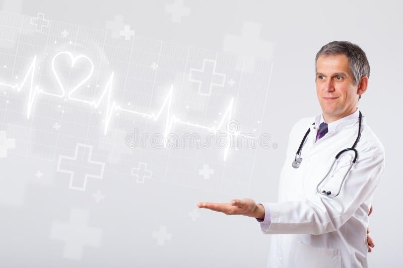 Κτύπος της καρδιάς γιατρών examinates με την αφηρημένη καρδιά στοκ εικόνες