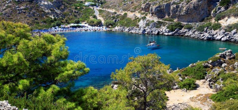 Κυανά ύδατα σε έναν μικρό κόλπο στη Ρόδο Ελλάδα στοκ φωτογραφία με δικαίωμα ελεύθερης χρήσης