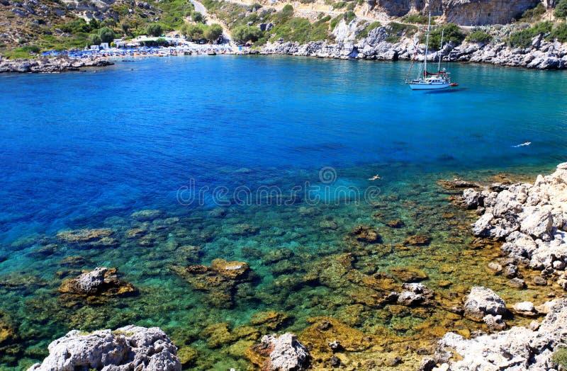 Κυανά ύδατα σε έναν μικρό κόλπο στη Ρόδο Ελλάδα στοκ φωτογραφίες