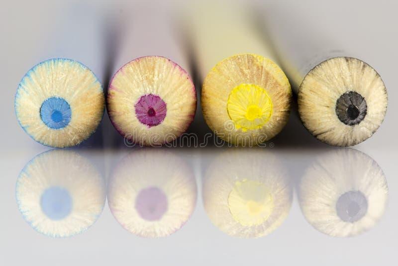 Κυανός ροδανιλίνης κίτρινος μαύρος μακρο πυροβολισμός μολυβιών στοκ φωτογραφία
