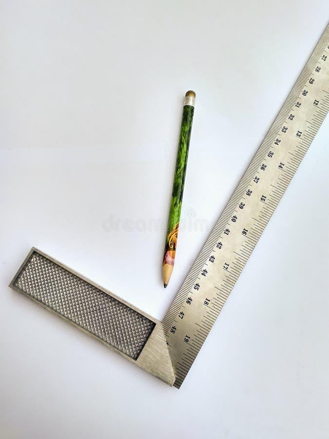 Κυβερνήτης και μολύβι στο άσπρο υπόβαθρο στοκ φωτογραφία με δικαίωμα ελεύθερης χρήσης