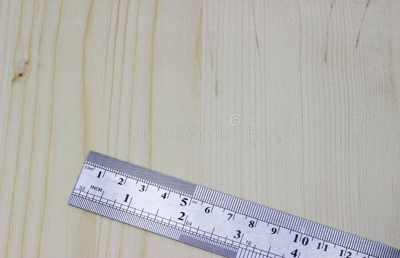 Κυβερνήτης ξυλουργικής μετάλλων σε ένα ελαφρύ ξύλινο υπόβαθρο στοκ εικόνες
