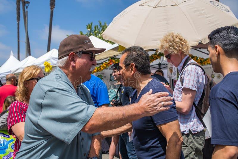 Κυβερνητικός υποψήφιος Antonio Villaraigosa Καλιφόρνιας που κάνει εκστρατεία στην παραλία Hermosa, Καλιφόρνια στοκ εικόνες