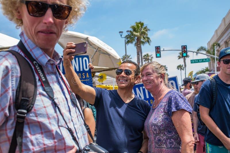 Κυβερνητικός υποψήφιος Antonio Villaraigosa Καλιφόρνιας που κάνει εκστρατεία στην παραλία Hermosa, Καλιφόρνια στοκ φωτογραφία