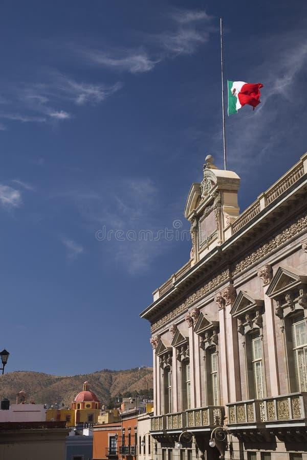 κυβερνητικό guanajuato Μεξικό σημαιών εκκλησιών οικοδόμησης στοκ φωτογραφία με δικαίωμα ελεύθερης χρήσης