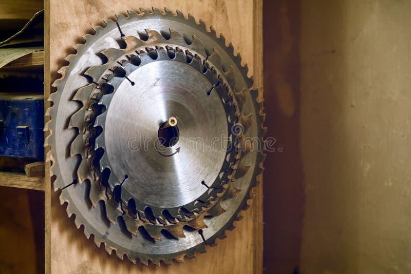 κυκλικές λεπίδες πριονιών μετάλλων στοκ φωτογραφία με δικαίωμα ελεύθερης χρήσης