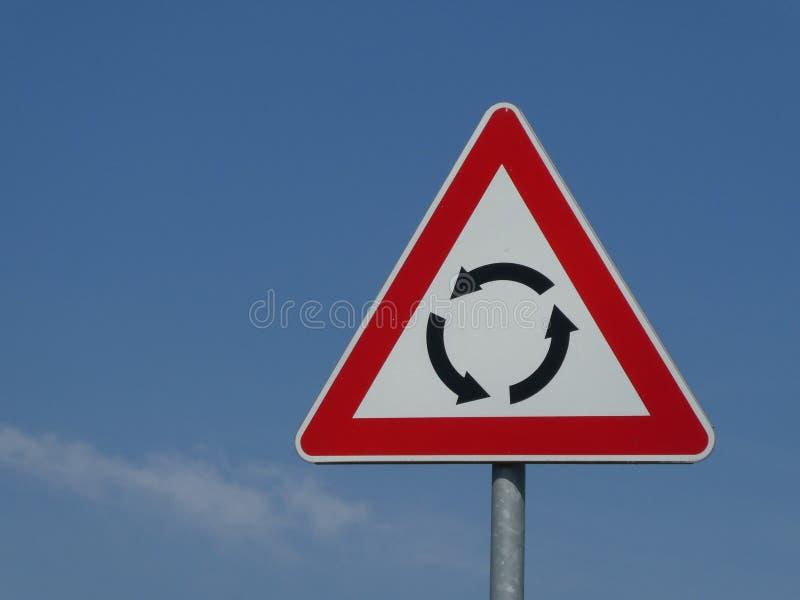 Κυκλική διασταύρωση κυκλικής κυκλοφορίας οδικών σημαδιών κυκλοφορίας προειδοποίησης διατομής στοκ φωτογραφία με δικαίωμα ελεύθερης χρήσης