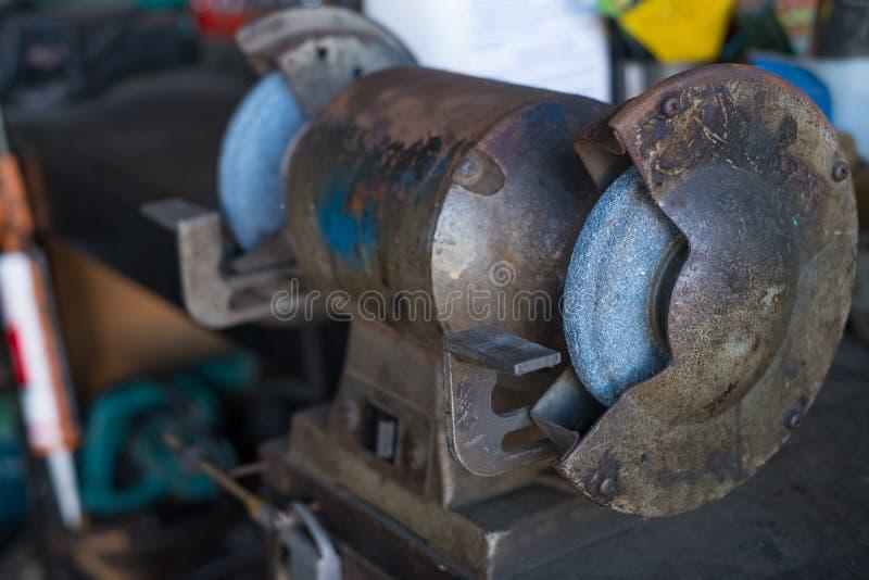 Κυκλική μηχανή βουρτσών καλωδίων αλέθοντας Στιλβωτής χάλυβα στοκ φωτογραφία με δικαίωμα ελεύθερης χρήσης
