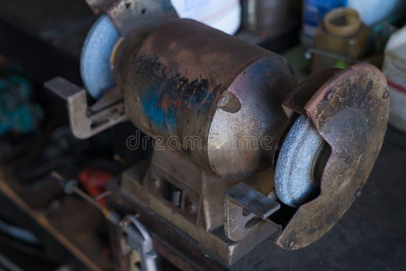 Κυκλική μηχανή βουρτσών καλωδίων αλέθοντας Στιλβωτής χάλυβα στοκ φωτογραφία