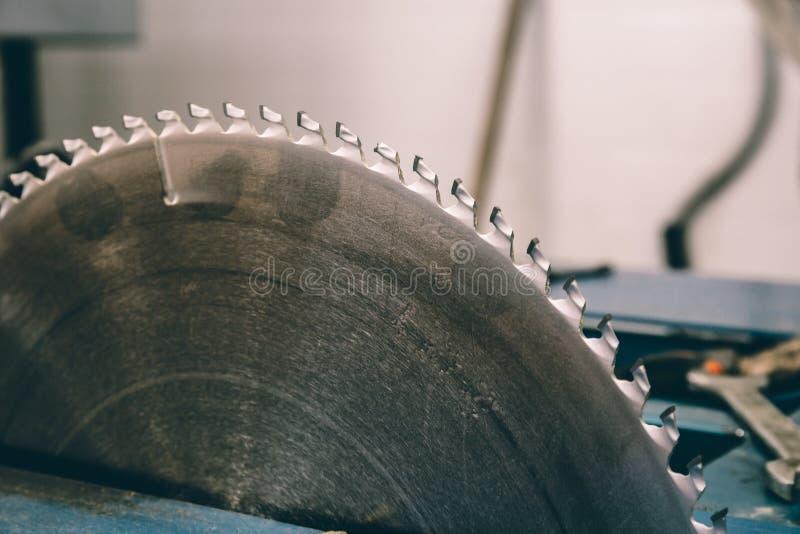 Κυκλική μηχανή λεπίδων πριονιών για την ξύλινη εργασία στοκ φωτογραφία με δικαίωμα ελεύθερης χρήσης