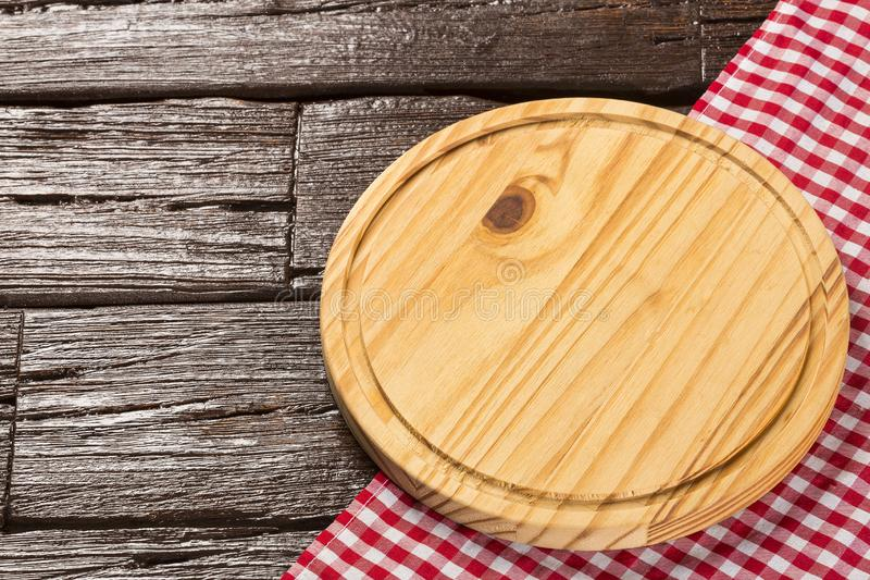 Κυκλικός ξύλινος πίνακας και ελεγμένη πετσέτα υφασμάτων στοκ φωτογραφία με δικαίωμα ελεύθερης χρήσης