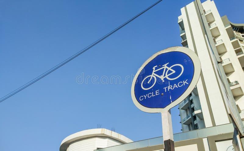 κυκλικός πίνακας σημαδιών διαδρομής κύκλων με τα ψηλά αστικά κτήρια στο υπόβαθρο στοκ εικόνες