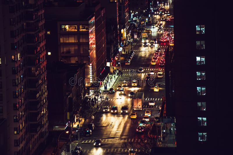Κυκλοφορία αυτοκινήτων νύχτας στις οδούς του Μανχάταν πόλεων της Νέας Υόρκης στοκ εικόνες