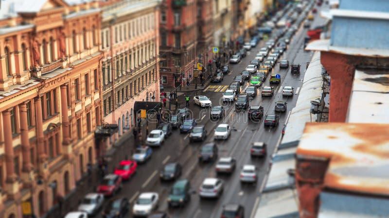 Κυκλοφορία αυτοκινήτων στο στο κέντρο της πόλης, αστικό τοπίο των Αγίων Πετρουπόλεων πόλεων με τα ιστορικά κτήρια και δρόμος, ενα στοκ φωτογραφίες με δικαίωμα ελεύθερης χρήσης