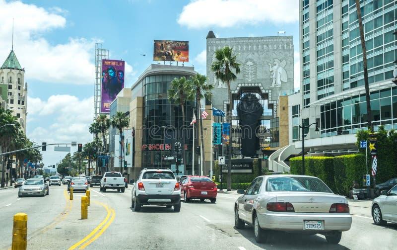 Κυκλοφορία αυτοκινήτων τουριστών στη λεωφόρο Hollywood στο Λος Άντζελες Τουριστικά αξιοθέατα Καλιφόρνιας στοκ φωτογραφίες