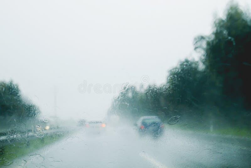Κυκλοφορία κάτω από τη βροχή στοκ εικόνα