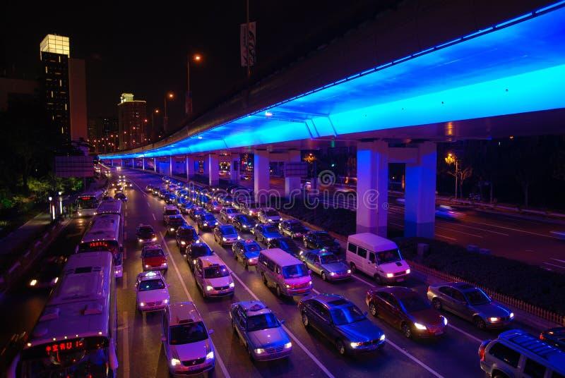 Κυκλοφορία νύχτας στη Σαγγάη στοκ εικόνα