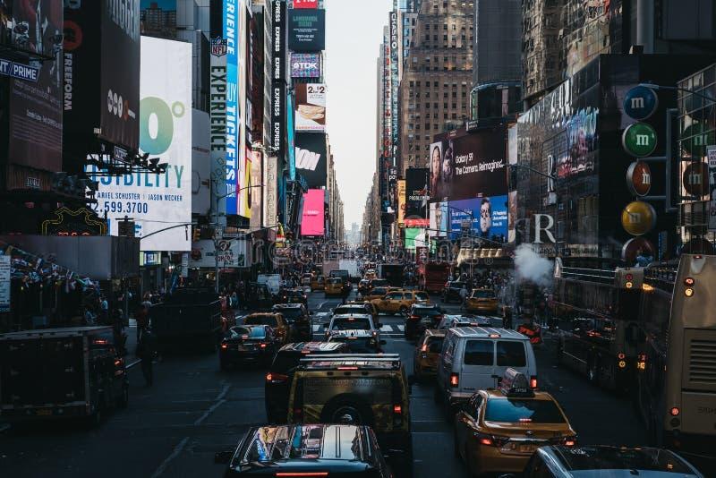 Κυκλοφορία που περιμένει στη σειρά στη Times Square στο της περιφέρειας του κέντρου Μανχάταν, Νέα Υόρκη, ΗΠΑ στοκ φωτογραφία με δικαίωμα ελεύθερης χρήσης